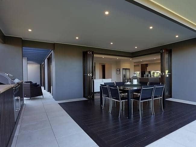 Če nam zasnova hiše to dopušča, lahko povežemo dnevni prostor z zunanjo teraso