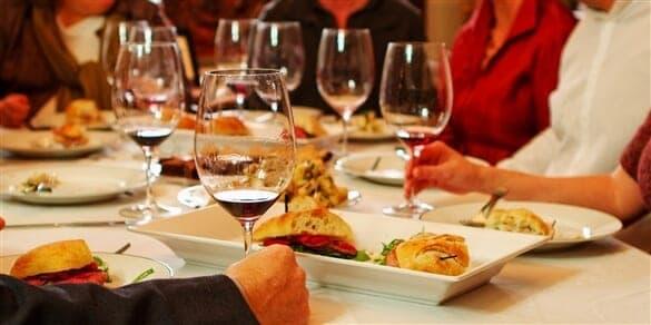 Za pomoč pri kombiniranju hrane in vina je najpametnejše kontaktirati catering servis.
