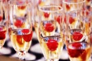 Postrezite šampanjec in koktajle