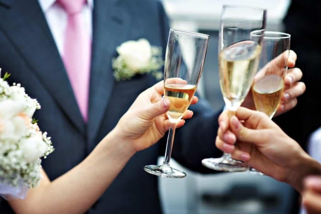Vino na poroki predstavlja eno najbolj priljubljenih pijač.