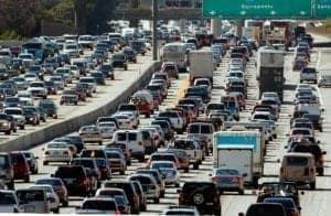 Želite prihraniti na gorivu? Ne potujte v prometnih konicah!