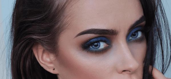 Modro senčilo izrazito poudari oči.