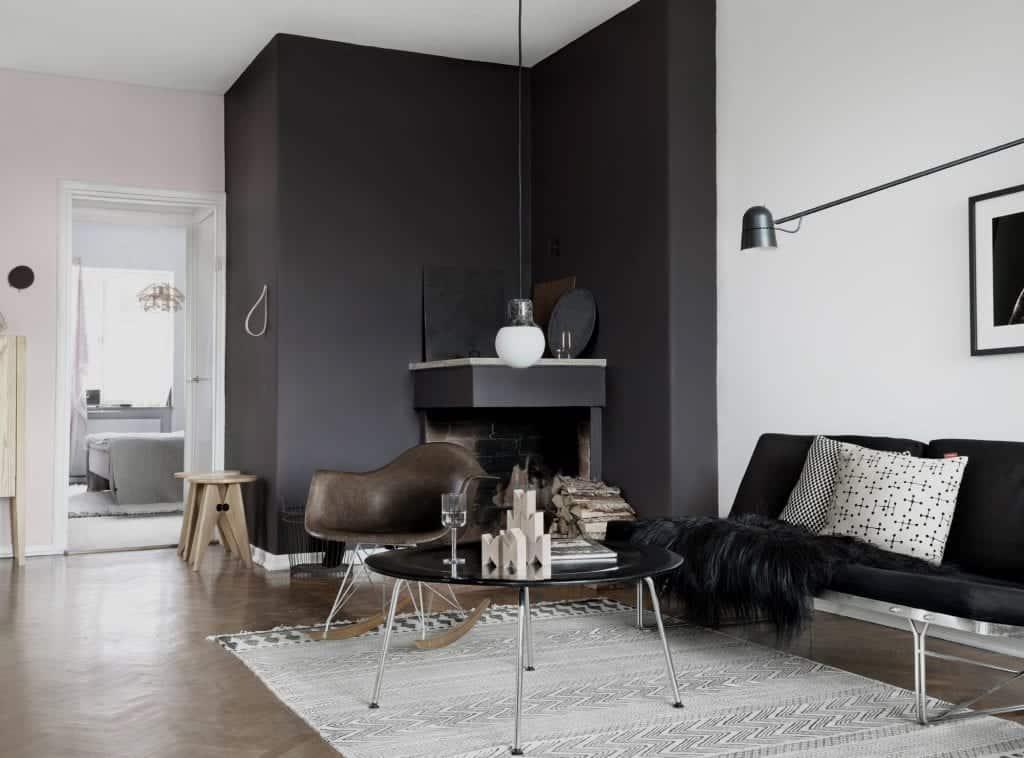 Zaradi ujemanja s pohištvom se stena s črnim poudarkom odlično sklada s sobo.