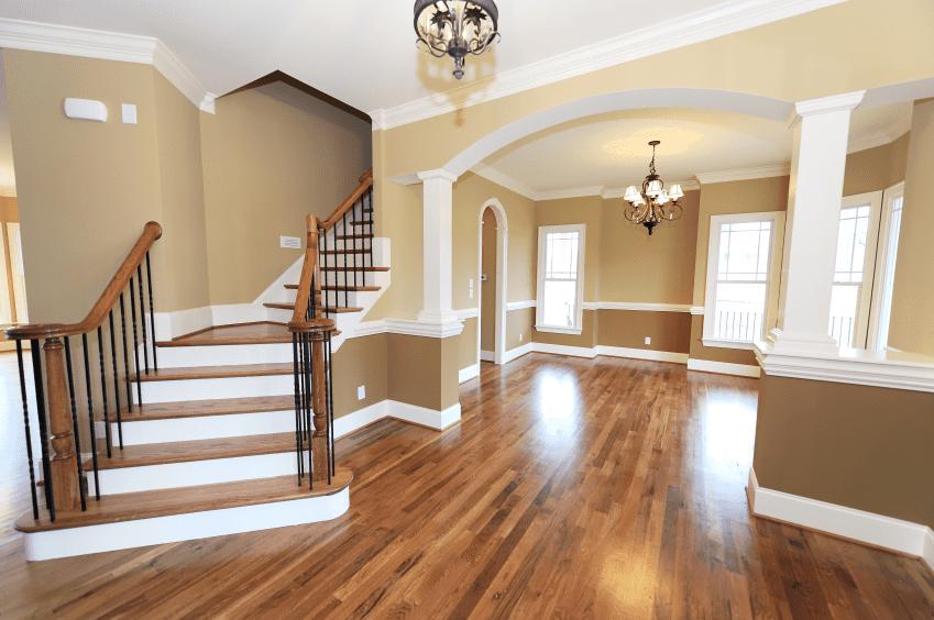 Pleskanje stanovanja estetsko opravimo z upoštevanjem napotkov - podboji se barvno ujemajo s stropom in stopnicami, odprt prostor pa je prebarvan z različnimi niansami nevtralnih barv