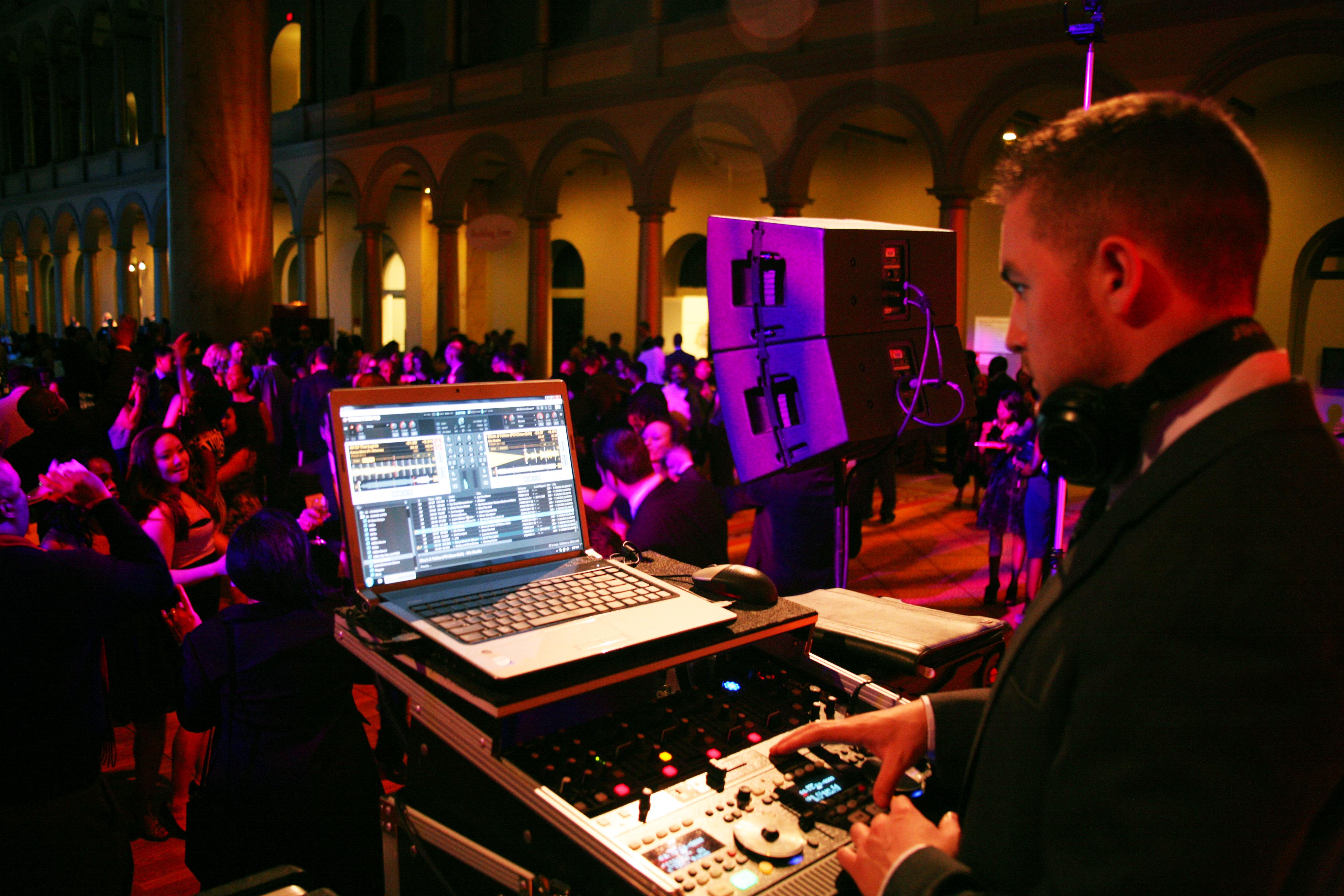 DJ navadno nudi ogromen repertoar, zato se za vsakega povabljenega najde prava pesem