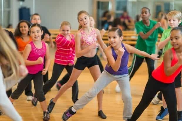 Plesne vaje otrokom v rano mladost vnesejo telesno aktivnost.