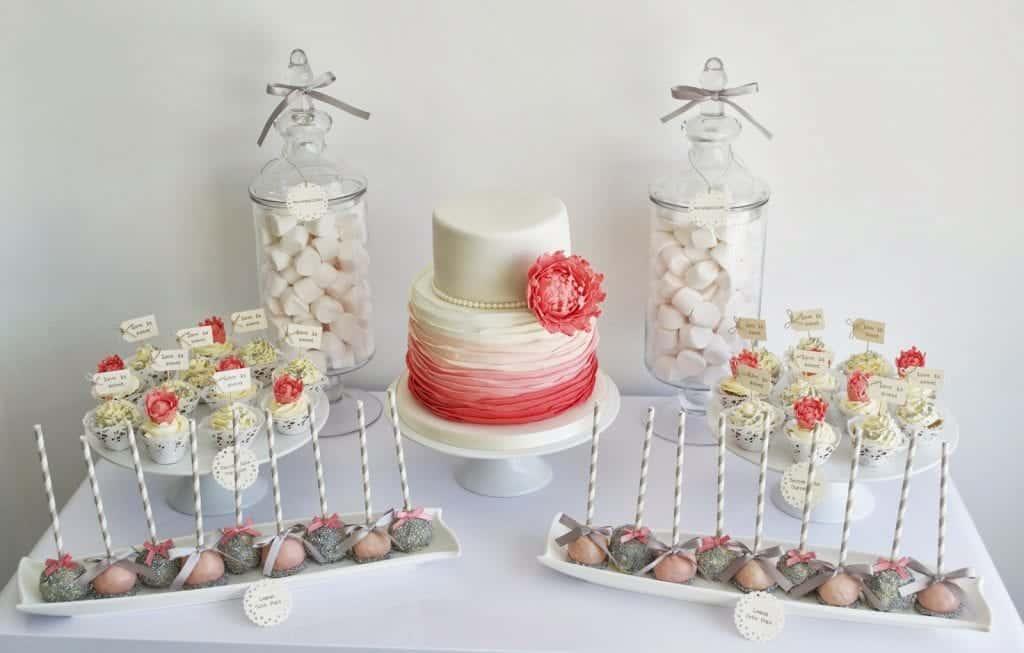 Poročna torta z nežnimi, ujemajočimi in ne preveč vpadljivimi odtenki sprejem poveže v celoto