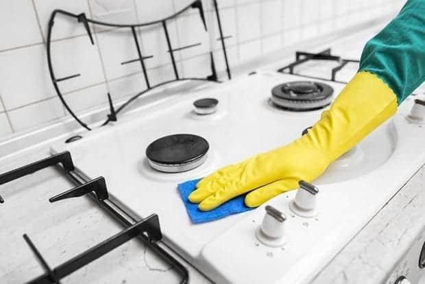 Čiščenje stanovanja bo potekalo lažje, če si pred brisanjem prahu uredite vso kramo