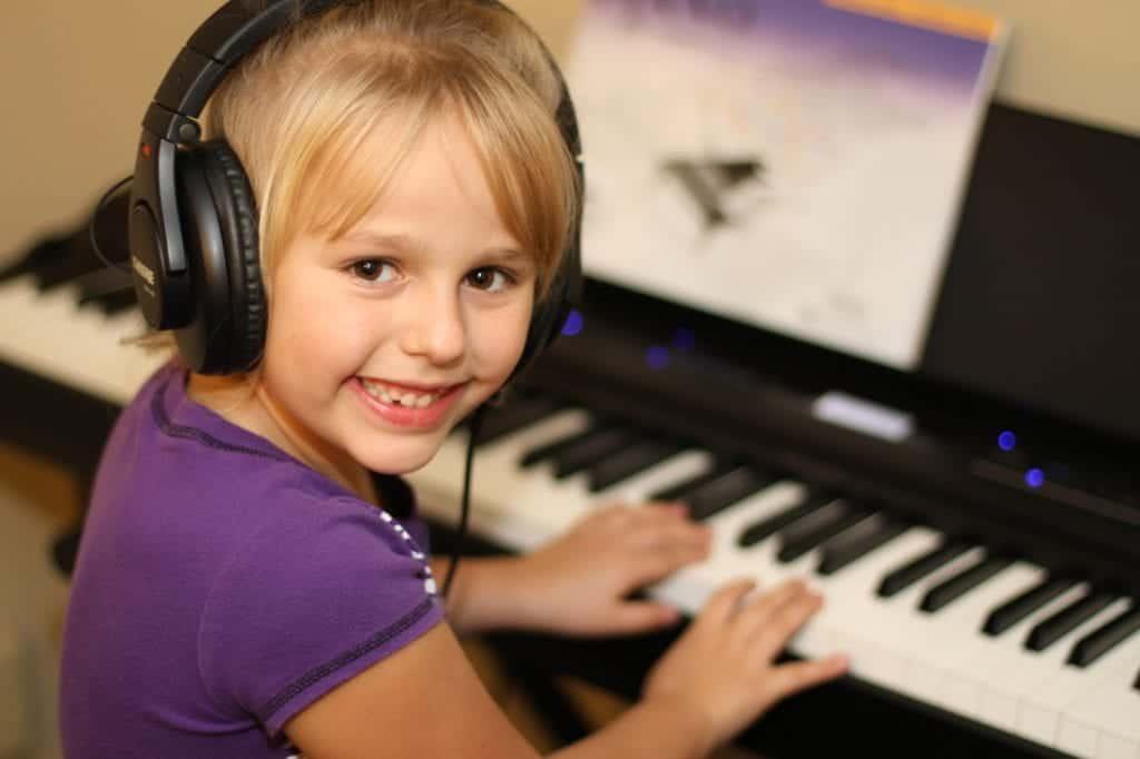 Igranje instrumentov v rani mladosti lahko prebudi otrokovo umetniško žilico