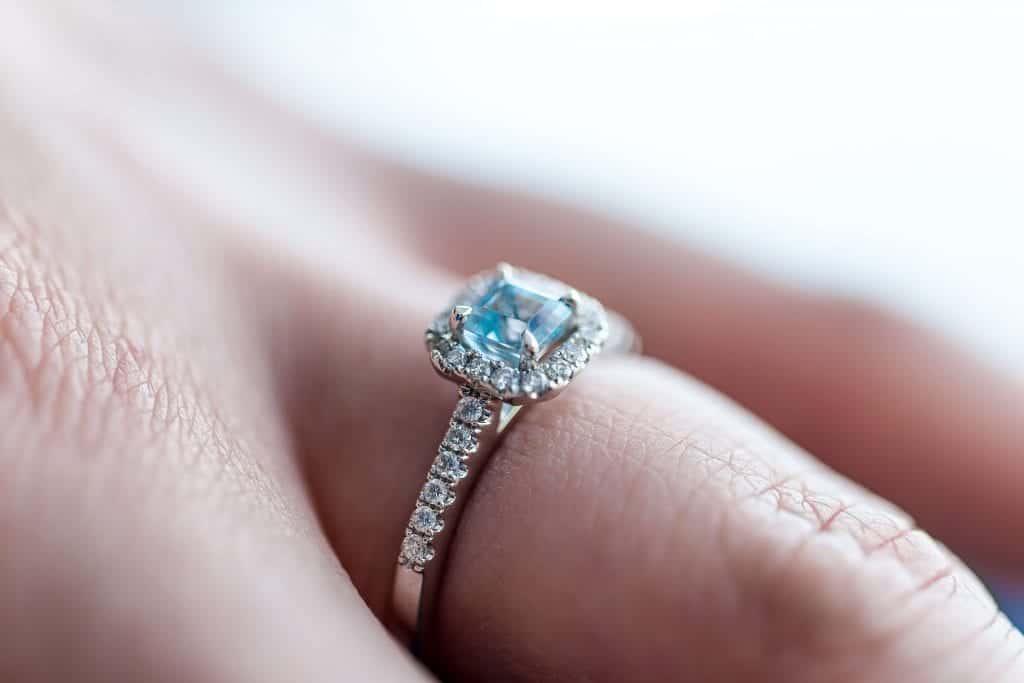 zaročni prstan s safirjem