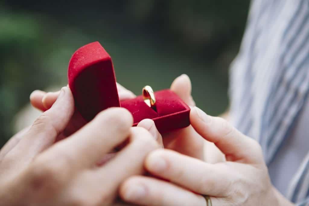zlati zaročni prstan
