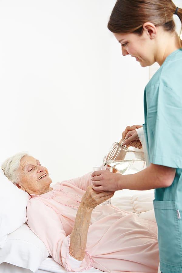 oskrba-na-domu-za-nepokretne-starejse-osebe