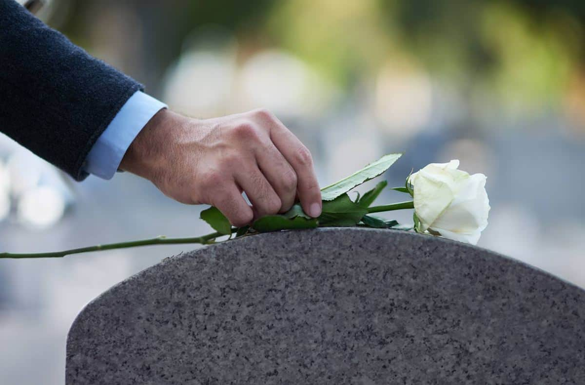 pogrebno-cvetje-tradicija-in-običaji