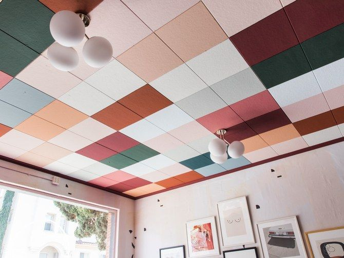 barvne plošče na stropu