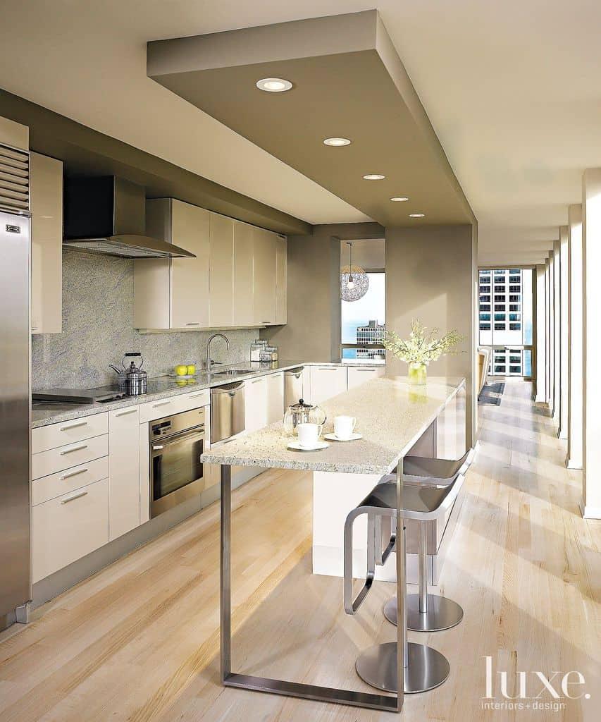 spuščeni strop z lučmi v kuhinji