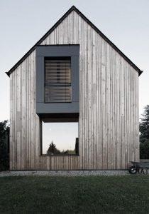 Lesena fasada na celotni hiši je izjemno lepa.