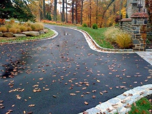 asfaltirano-dvorisce-enostavno-odstranjevanje-jesenskega-listja