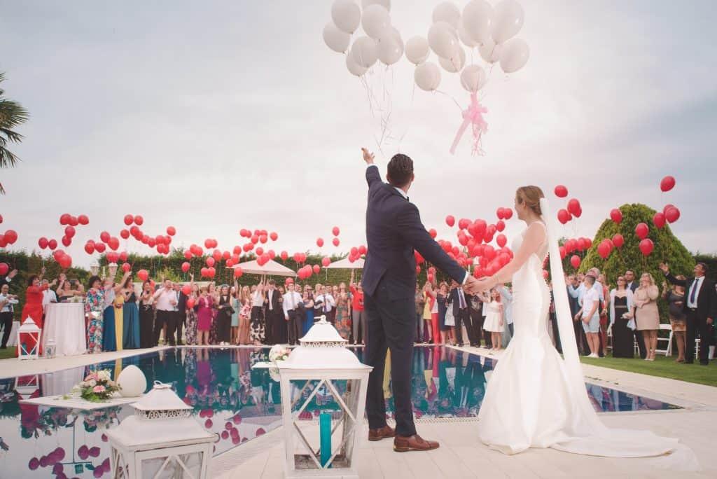 mladoporočenca poročne slike baloni
