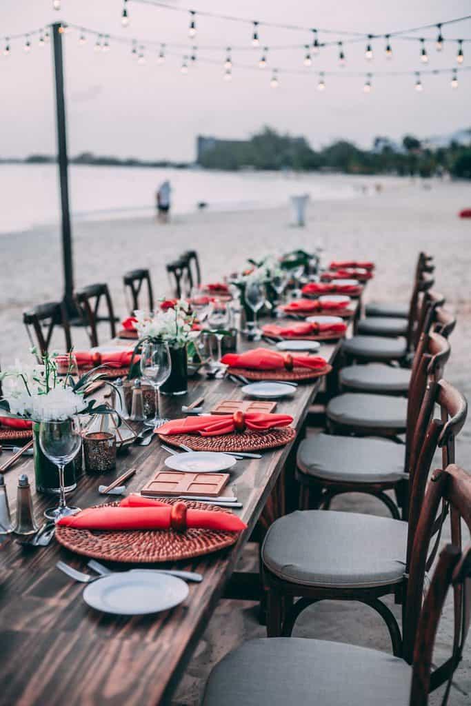 načrtovalka porok poskrbi za dekoracijo mize