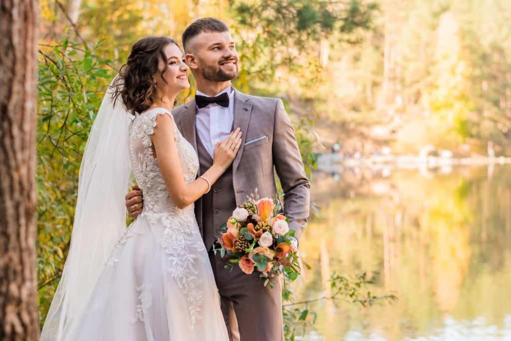 covid korona poroka man in gray suit and woman in white wedding dress