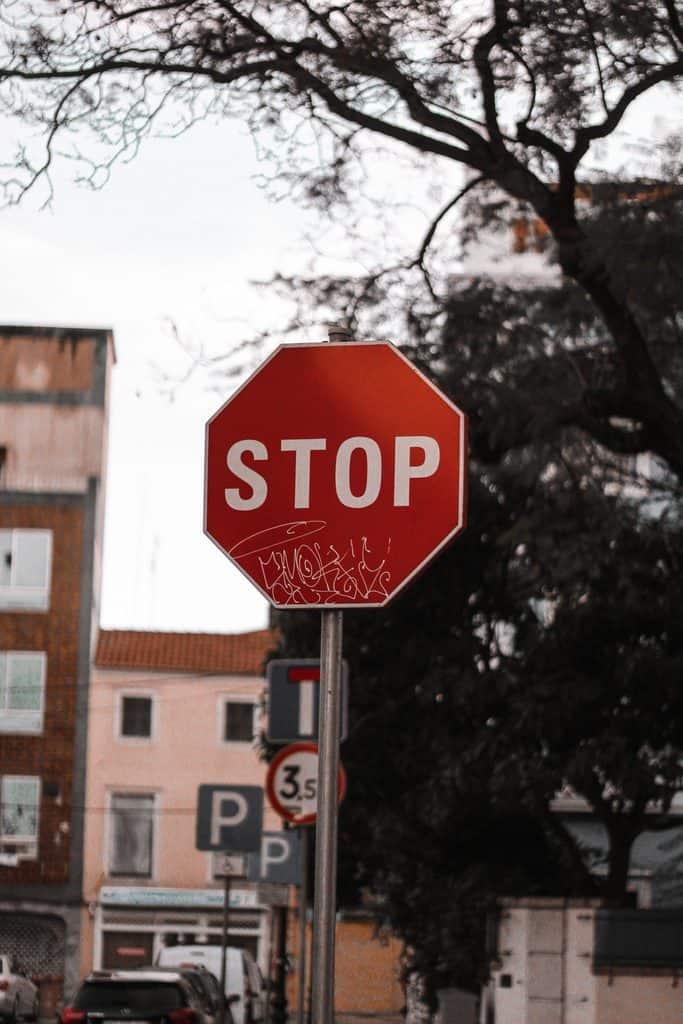 upoštevanje-prometnih-znakov-znak-stop-cpp