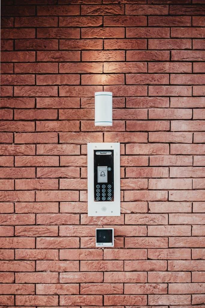 alarmni sistem za varovanje hiše stanovanja ali pisarne - black and white wall sconce
