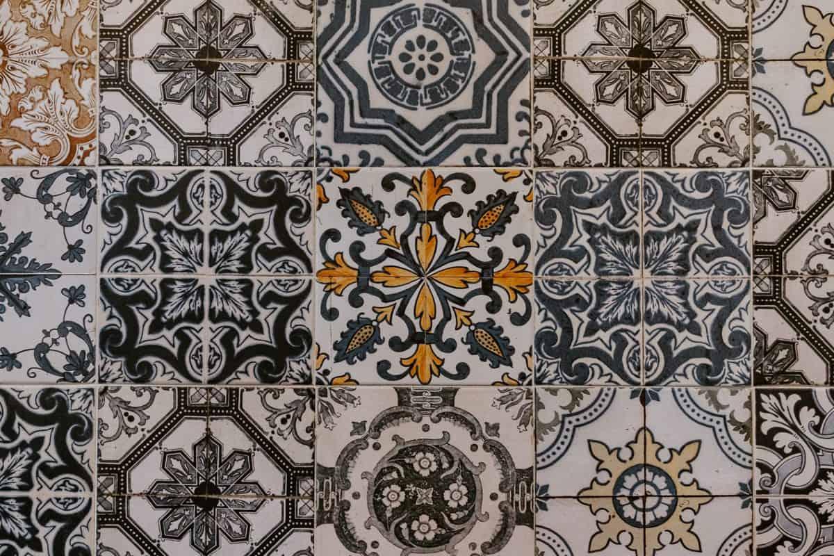 Grafični vzorci na ploščicah popestrijo kopalnico - polaganje stenskih ploščic