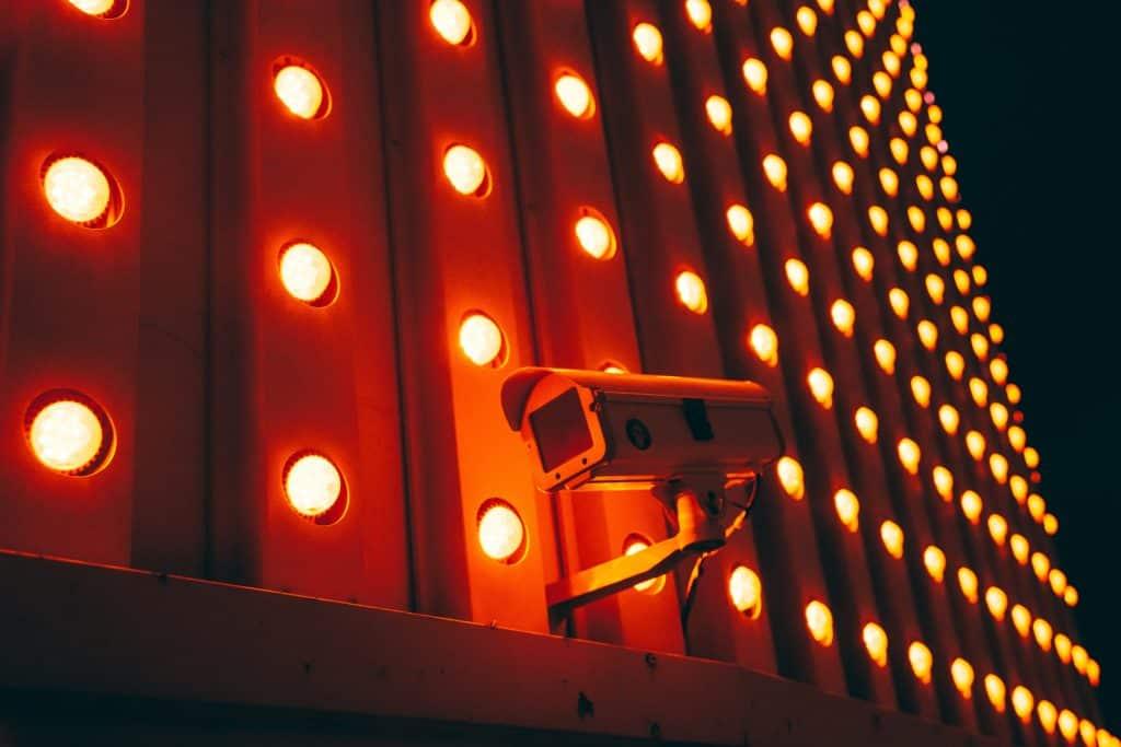 kamera-varovanje-v-temi