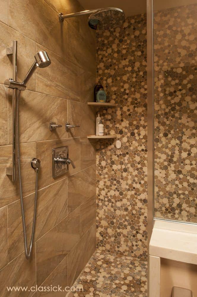 Mozaik v zemeljskih tonih (polaganje stenskih ploščic v kopalnici)