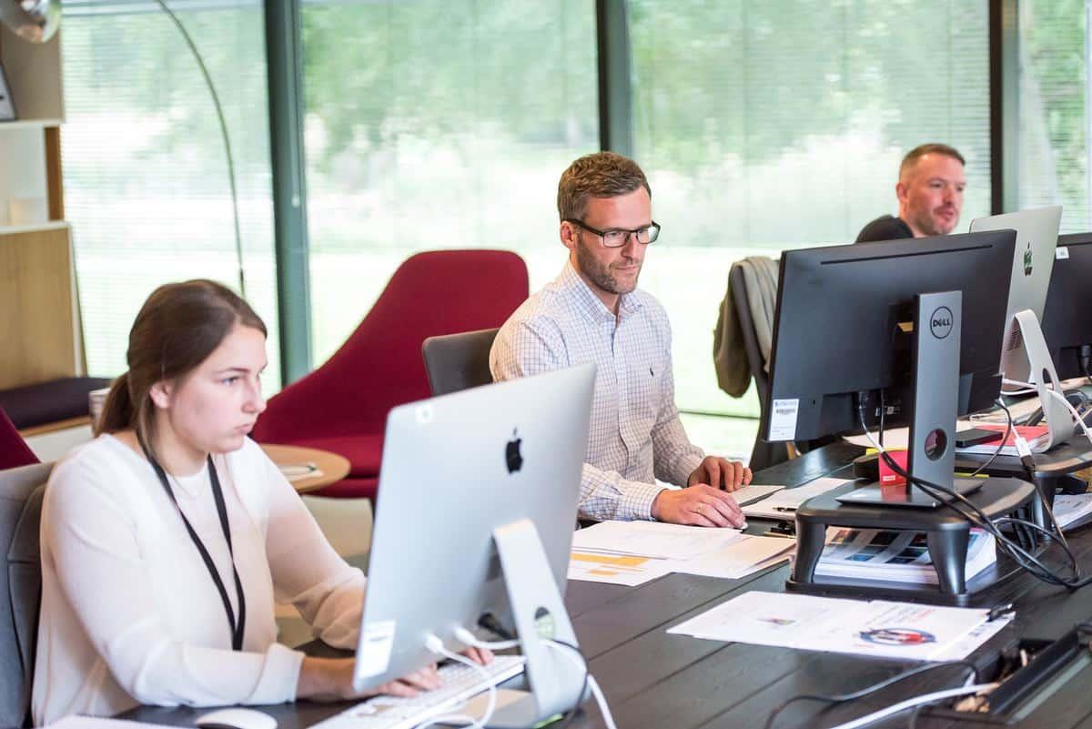 služba-pisarna-delo-za-računalnikom